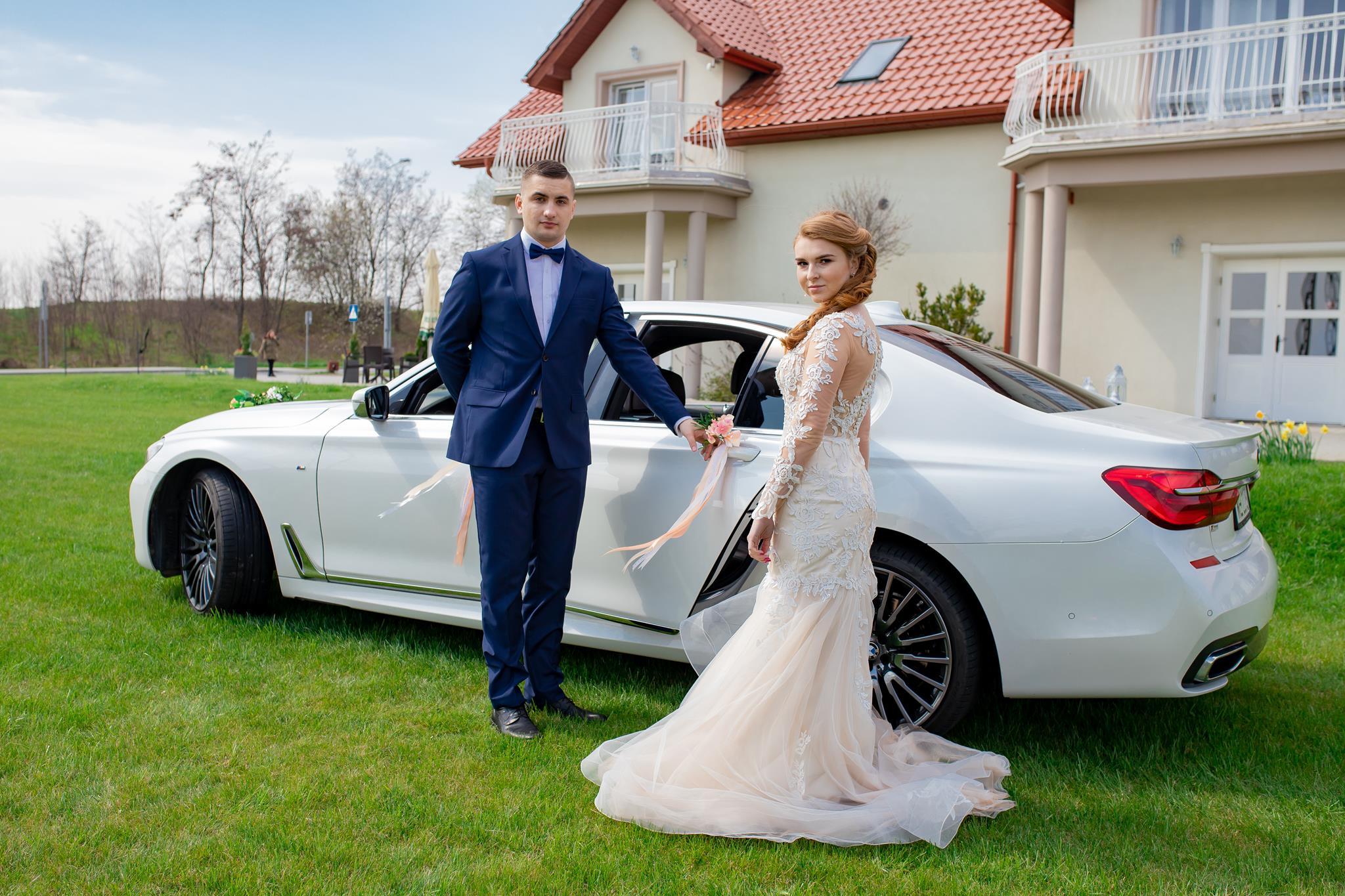 Wiele osób wychodzi z założenia, że ślub cywilny jest skromniejszą uroczystością od ślubu kościelnego. Czy jednak dla nowożeńców, którzy z różnych względów decydują się na taką opcję jest tak naprawdę? Z naszego doświadczenia wiemy, że nie!